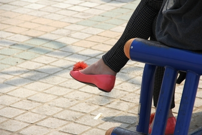 裸足美腿  美女的红鞋裸足(7P) 街拍第一站全网原创独发!