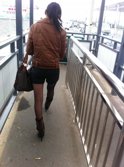 修 鞋 擦 鞋  在无锡火车站拍到的 黑 丝 短靴 ,竟然在我面前擦鞋 街拍第一站全网原创独发!