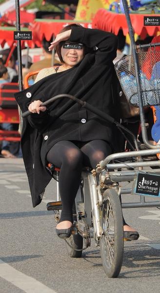 台湾街拍  小折游记014-肉肉的黑丝踩脚袜美女-骑车 (8P) 街拍第一站全网原创独发!