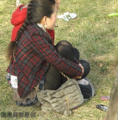 街拍棉袜  很时髦的2个街拍少妇,坐在草地上一个脱靴晒黑丝脚,一个晒白棉袜!{8P} 街拍第一站全网原创独发!