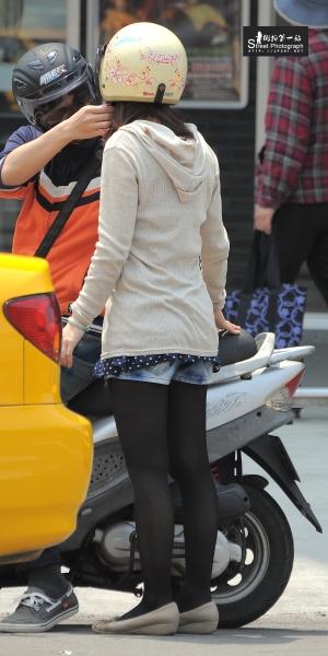 台湾街拍  机车美腿001-短裤黑丝与短裙薄棕丝 (9P) 街拍第一站全网原创独发!