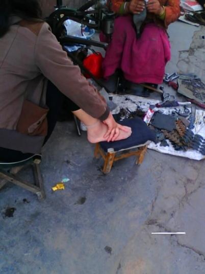 修鞋擦鞋  (一)修鞋摊拍到的凉脚薄而透的短丝脚!(9P) 街拍第一站全网原创独发!