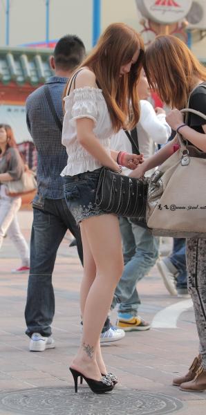 kofeezhao街拍  kofeezhao-露肩白上衣 热裤 凉鞋高跟[12P] 街拍第一站全网原创独发!