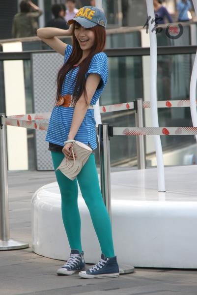 彩丝美女  儒雅拍图~热裤、蓝丝袜甜美可人的小MM(19P) 街拍第一站全网原创独发!