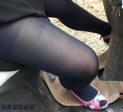 个 性 坡 跟  (清晰)黑上衣,蓝 丝 袜 ,粉色鱼嘴坡跟鞋!【39P】 街拍第一站全网原创独发!