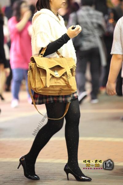 香港街拍  【1520系列 - 第二百三十五辑】 人妻黑絲黑高跟 ..... (8P) 街拍第一站全网原创独发!
