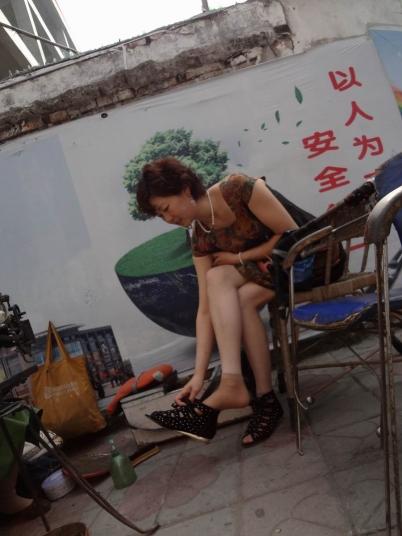 修鞋擦鞋  Tou Pai修鞋的街拍熟女,短丝袜 街拍第一站全网原创独发!