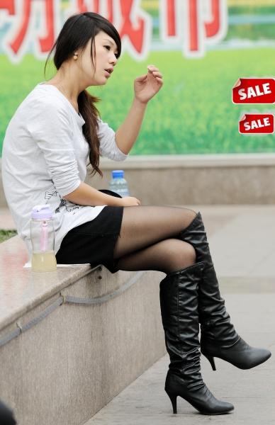 学生妹  秋季街拍---街拍与甜美兼顾的高跟皮靴薄黑丝热裤妹妹坐姿(14P) 街拍第一站全网原创独发!