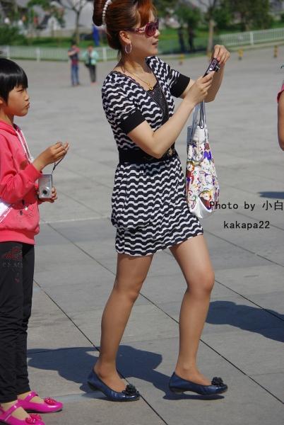 平底帆布  【小白原创】美丽少妇棕色丝平底鞋,身材还保持的这么好啊-8P 街拍第一站全网原创独发!
