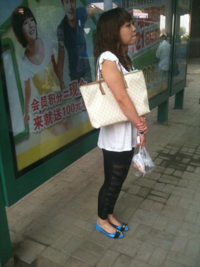 个性坡跟  【千寻街拍作品】【破洞打DI KU蓝色坡跟鞋时尚美女】24P 街拍第一站全网原创独发!