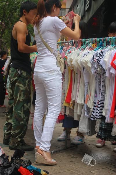 个性坡跟  【2011钢管】卖服装的少妇 白色T恤 白色牛仔 坡跟凉鞋【8P】 街拍第一站全网原创独发!