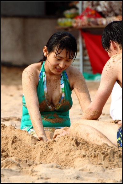 泳 装 美 女  夏日沙滩上的泳装风情!【12P】 街拍第一站全网原创独发!