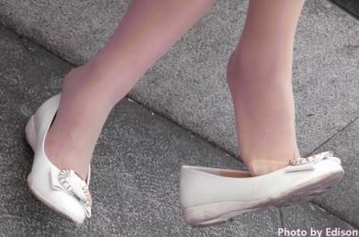 流浪联盟街拍  【Edison】同排坐着的肉丝街拍挑鞋和黑丝晾脚(15P) 街拍第一站全网原创独发!