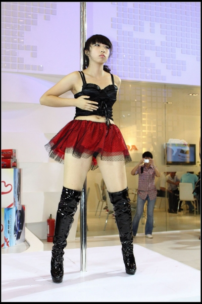 皮裤长靴  钢管舞者之漆皮胸衣,红色蓬蓬裙,黑色安全内裤,过膝长靴!(上集)【12P】 街拍第一站全网原创独发!
