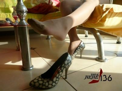 丝 袜 美 足  jiejie136---模拍!你喜欢她的高跟鞋还是肉 丝 足 ?下【16P】 街拍第一站全网原创独发!