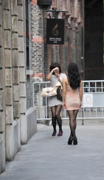 最佳身材  新天地街拍---互相拍照的两位黑丝短裙高跟街拍妹妹(20P) 街拍第一站全网原创独发!