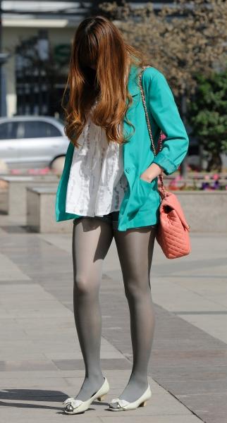 秋季街拍---街拍灰丝热裤高挑妹妹(9P)