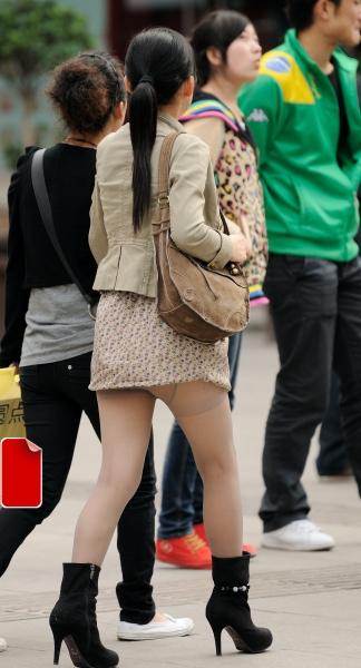 背影风情  风度还是温度---短裙薄丝露袜跟妹妹路边换鞋记(14P)上集 街拍第一站全网原创独发!