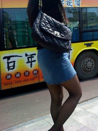 个性坡跟  2011年9月街拍牛仔裙黑丝鱼嘴坡跟凉鞋  (6P) 街拍第一站全网原创独发!