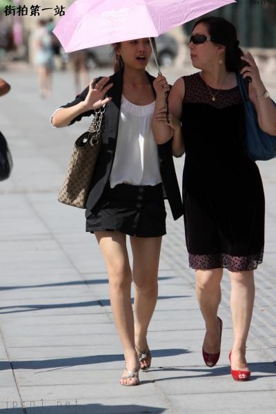 平底帆布  粉伞帆布GUCCI包、裸腿黑裙-6P 街拍第一站全网原创独发!