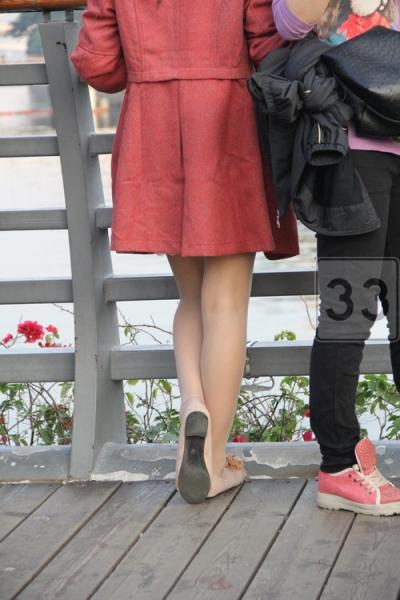 平底帆布  很细腻的超薄肉丝粉色平底鞋嫩妹··你看他男人的眼神-9P 街拍第一站全网原创独发!