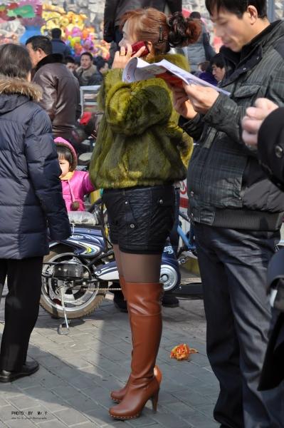 皮裤长靴  【第99页纸·旧年新过】- 绿色皮草.亮丝.棕黄色过膝长靴.诱惑熟妇.有特写(12p) 街拍第一站全网原创独发!