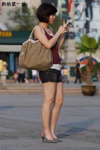 魅 丽 瞬 间  紫背心、裸腿、香奈儿高跟-11P 街拍第一站全网原创独发!