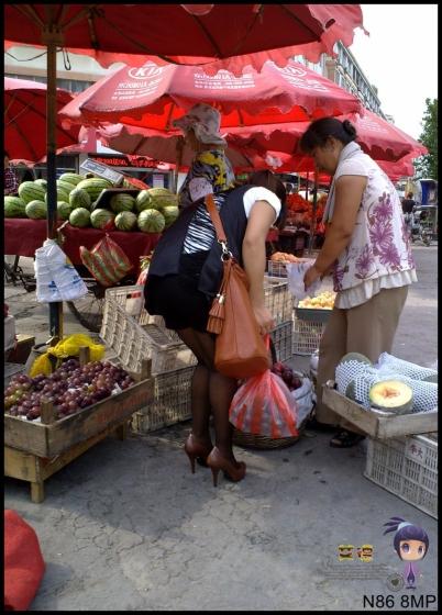 修 鞋 擦 鞋  N86--艾德 --买水果与修鞋之 黑 丝 超高跟丰满裸腿高跟女--{26P} 街拍第一站全网原创独发!