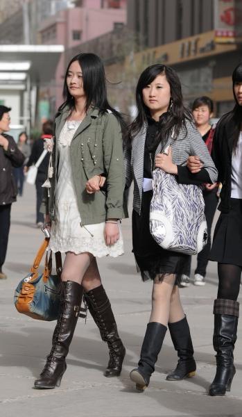 皮裤长靴  春季街拍---薄丝短裙长靴妹妹(8P) 街拍第一站全网原创独发!