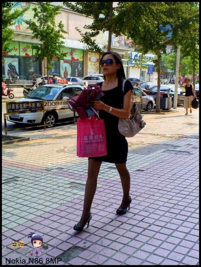 豹 纹 美 女  艾德 --灰丝篇之进银行等车站墨镜豹纹高跟 少 妇 --{21P} 街拍第一站全网原创独发!