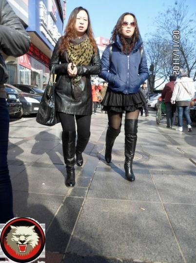 皮 裤 长 靴  中妇艳色不衰,仍坚持穿短裙厚丝配高跟长靴(6P) 街拍第一站全网原创独发!