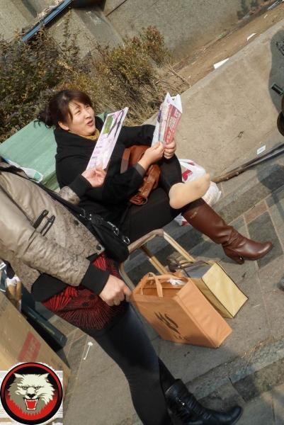修鞋擦鞋  修鞋的短肉丝妇女不仅大腿街拍而且街拍玉足也丰满诱人(13P) 街拍第一站全网原创独发!