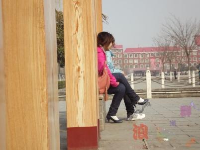街拍棉袜  长椅上晒太阳的牛仔裤,棉袜,高跟鞋少女!【7P】 街拍第一站全网原创独发!