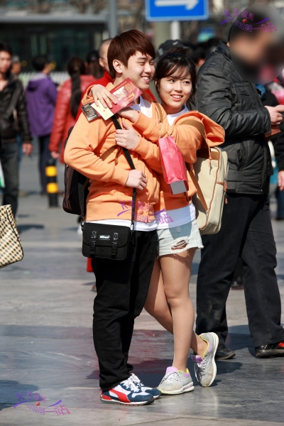 K本龙马街拍  K本龙马(66)原图送去印海报!将一对拍旅游纪念照的小情侣拍个通通透透(12P) 街拍第一站全网原创独发!