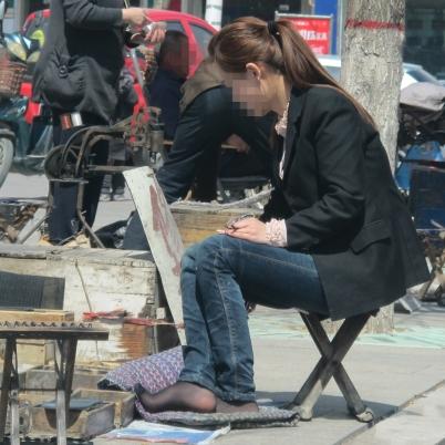 修鞋擦鞋  【我在车上】少妇修鞋! 街拍第一站全网原创独发!