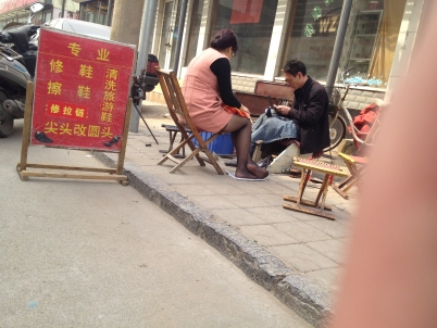 修鞋擦鞋  Tou Pai一修鞋黑丝丰满少妇 街拍第一站全网原创独发!