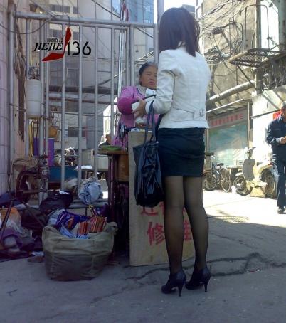 修 鞋 擦 鞋  jiejie136---稀缺资源: 美 女 OL修鞋亮出 黑 丝 足【9P】 街拍第一站全网原创独发!