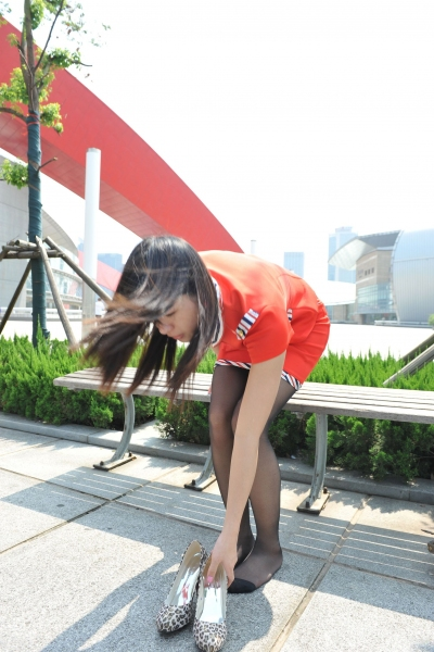 空 姐 风 采  [龙翔九天模拍作品]大胆空姐竟然在大庭广众之下换下黑 丝 袜 !(20P) 街拍第一站全网原创独发!