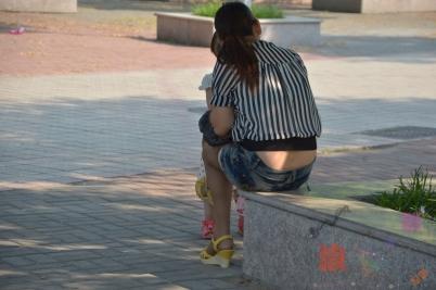 个性坡跟  坐着休息的牛仔短裙,咖啡色长筒袜,米黄色坡跟凉鞋美少妇!【10P】 街拍第一站全网原创独发!