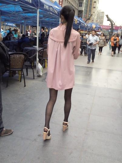 个 性 坡 跟  骨感的粉红连衣裙,修长 黑 丝 美腿,白坡跟凉高MM【8P】 街拍第一站全网原创独发!