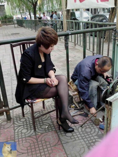 修 鞋 擦 鞋  时尚性 感的靓妇修鞋时翘起二郎腿,让人血压升高(15P) 街拍第一站全网原创独发!