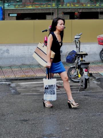 早期街拍作品  【痞作】小女人身材不错,可惜过曝了(10P) 街拍第一站全网原创独发!