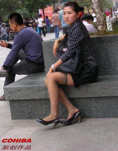 丝 袜 美 足  【COHIBA原创作品】还认识她吗?玫琳凯的灰丝露袜根 少 妇 ,又遇见了【20P】 街拍第一站全网原创独发!