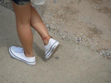 平底帆布  帆布鞋女生脚上的红绳(5P) 街拍第一站全网原创独发!