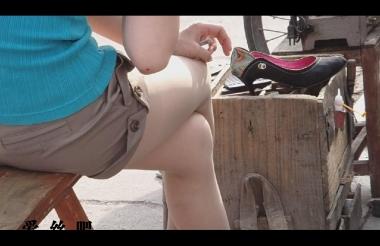 修 鞋 擦 鞋  cctvb出品 修鞋摊连拍两 美 女 脱鞋修鞋!超级好看啊 街拍第一站全网原创独发!