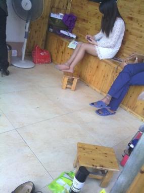 修 鞋 擦 鞋  【382960183】 我也发修鞋女照片,她可是灰丝晾脚哦11p 街拍第一站全网原创独发!