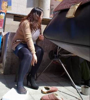 修鞋擦鞋  北狼原创——有丰满性 感大腿的黑丝女子在修鞋,貌似是连裤袜内再套脚踩袜(21P) 街拍第一站全网原创独发!