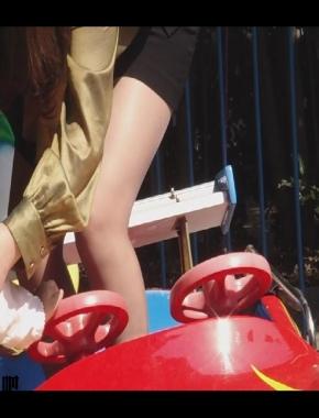 美 腿 视频  cctvb出品 公园内儿童车上的美腿妈妈! 街拍第一站全网原创独发!