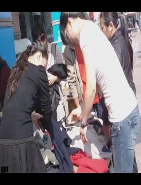 美 腿 视频  cctvb出品  黑 丝 靴子,在挑衣服呢! 街拍第一站全网原创独发!