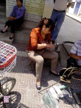 修鞋擦鞋  短丝熟妇坐在修鞋摊粘什么呢?[7P] 街拍第一站全网原创独发!